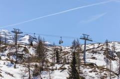 Ascensore di sci fra i pini sulle montagne delle dolomia vicino a Trento in Italia Immagine Stock