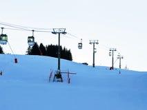 Ascensore di sci in montagna delle alpi nella sera Immagini Stock Libere da Diritti