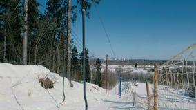 Ascensore di sci in montagna nel parco della città archivi video