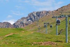 Ascensore di sci in montagne di Almaty il giorno di estate Immagini Stock Libere da Diritti