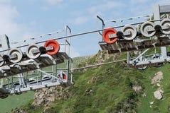Ascensore di sci in montagne di Almaty il giorno di estate Fotografia Stock
