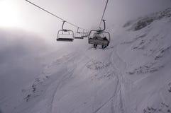 Ascensore di sci nelle alte montagne Immagine Stock