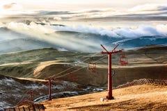Ascensore di sci nelle montagne al sole Fotografie Stock Libere da Diritti