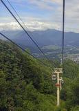 Ascensore di sci nelle montagne che portano i passeggeri alla traccia di escursione Immagine Stock Libera da Diritti