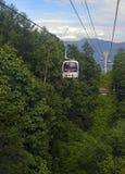 Ascensore di sci nelle montagne che portano i passeggeri alla traccia di escursione Fotografie Stock