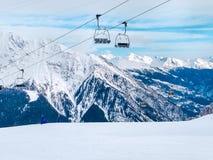 Ascensore di sci nelle montagne della località di soggiorno di inverno di Chamonix-Mont-Blanc, alpi francesi Immagine Stock