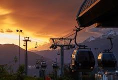 Ascensore di sci, ropeway al tramonto, i pendii della stazione sciistica Rosa Khutor Immagini Stock Libere da Diritti