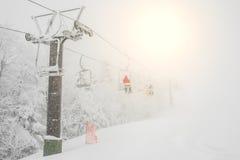 Ascensore di sci sopra la montagna della neve nella stazione sciistica Immagini Stock Libere da Diritti
