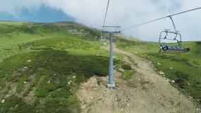 Ascensori in montagne di estate stock footage