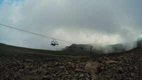 Ascensori in montagne in nebbia di estate stock footage