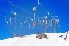 Ascensori vuoti del bottone della stazione sciistica nell'orario invernale Fotografia Stock Libera da Diritti