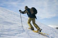 ascenting укладывая рюкзак турист стоковая фотография rf
