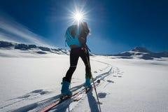 Ascesa con alpinismo dello sci e pelli rampicanti per singolo w Immagini Stock Libere da Diritti