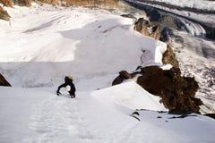 Ascesa sola libera maschio dello scalatore di montagna di giovane Ridge sul fronte del nord di Breithorn nelle alpi svizzere Fotografia Stock