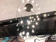 ASCHDOD, ISRAEL 4. MAI 2018: Teurer Innenraum Großer elektrischer Leuchter hergestellt von den transparenten Glasperlen Stockfoto