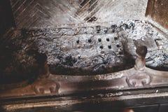 Asche vom Feuer ist in der Ofennahaufnahme ausgestorben stockfotos