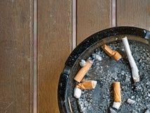 Aschenbecher, Aschenbecher mit Zigarettenkippen, dogends rauchen Stockbild