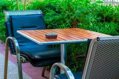 Aschenbecher auf einer leeren Tabelle in einem Café Stockfotografie