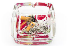 Aschenbecher mit den Zigarettenkippen, lokalisiert auf Weiß Lizenzfreie Stockfotos