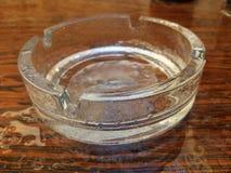 Aschenbecher mit Wassertropfen Stockfoto