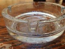 Aschenbecher mit Wassertropfen Stockbild