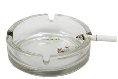 Aschenbecher mit Zigarette lizenzfreie stockfotografie
