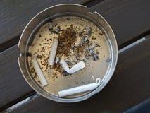 Aschenbecher mit Zigarettenkippen Lizenzfreie Stockfotos