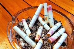 Aschenbecher und gestoßene heraus Zigaretten mit Lippenstift Lizenzfreies Stockbild