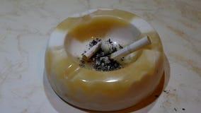 Aschenbecher und Zigarette stock video