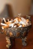 Aschenbecher voll Zigarettenkippen Stockfoto