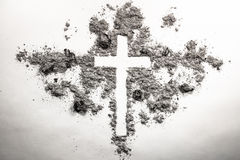 Aschermittwochs-Kreuz, Kruzifix hergestellt von der Asche, Staub als christliches rel lizenzfreies stockbild