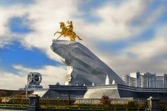 Aschgabat, Turkmenistan - 20. Oktober 2015 Monument zu Präsidenten Stockbild