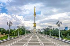 Aschgabat-Unabhängigkeits-Monument 05 lizenzfreie stockfotos