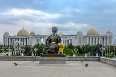 Aschgabat-Unabhängigkeits-Monument 09 stockfotos