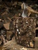 Ascia che attacca in un bello pezzo di legna da ardere Fotografie Stock