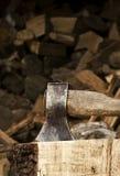 Ascia che attacca in un bello pezzo di legna da ardere Immagine Stock Libera da Diritti