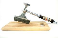 Ascia della cucina sul bordo di legno Immagini Stock Libere da Diritti
