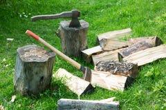 Ascia e mannaia su legna da ardere tagliata immagine stock