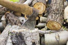 Ascia in legno, tagliante legna da ardere a pezzi Fotografia Stock