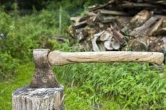 Ascia a riposo in un blocco di legno Fotografie Stock Libere da Diritti