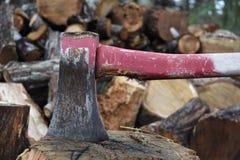 Ascia rossa consumata su un blocchetto di spezzettamento Immagine Stock