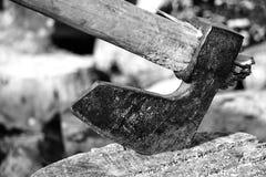 Ascia, scure, ascia spacchi un ceppo con un'ascia legna da ardere della betulla nei precedenti Carta da parati di legno immagini stock libere da diritti