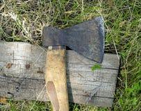 Ascia su un bordo di legno Fotografia Stock Libera da Diritti