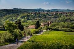 ASCIANO, TOSCANE, Italie - marche inconnue de personnes photos stock