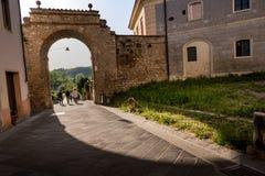 ASCIANO, TOSKANA, Italien - alter Zugang zur Stadt Lizenzfreie Stockbilder