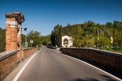 ASCIANO, TOSKANA, Italien - die Garbo-Brücke über dem Ombrone rive lizenzfreies stockbild