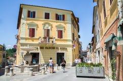 Asciano, Włochy, Maj 31, 2015 - Zaludnia przespacerowanie w małym kwadracie obraz royalty free