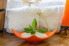 Asciugamani bianchi della STAZIONE TERMALE in un insieme con gli accessori per il bagno Fotografia Stock Libera da Diritti