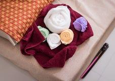 Asciugamani che preparano per il corso tailandese della stazione termale di massaggio Immagini Stock
