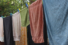Asciugamani che si asciugano su un filo stendiabiti Fotografie Stock Libere da Diritti